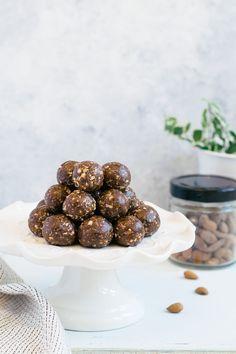 Snacks Almond and chocolate energy balls – Marie-Ève Caplette Nu …- Recipe for… Energy Balls, Dessert Drinks, Almond Recipes, Granola, Sweet Treats, Healthy Snacks, Snack Recipes, Food Porn, Food And Drink