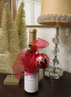 weinflasche weihnachten verpacken weihnachtsbaumkugel rotes bogen