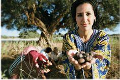 Donna Berbera durante la raccolta delle noci di Argan