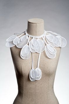 Best Ideas for sewing fabric how to use Collar And Cuff, Neck Collar, Fashion Details, Diy Fashion, Faux Col, Fabric Necklace, Collar Designs, Textile Jewelry, Neck Piece