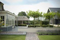 Landelijke tuin met nostalgische veranda. Meer zien? Klik door om alle foto's van deze prachtige tuin te zien!