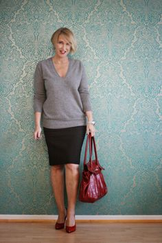 Glam up your lifestyle: Graues Büro-Outfit mit roten Accessoires