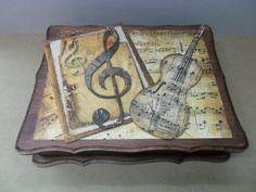 Caja de madera decorada para guardar partituras.