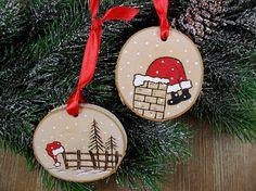 Eh bien, il semble que père Noël coincé dans la cheminée après avoir quitté son chapeau sur un poteau de clôture! Ces tranches d'arbre deux bouleau étaient à bois brûlé la main libre et aussi peint par mes soins. Ces ornements seront tellement mignon sur votre arbre ou les accrocher