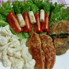 """Eu estou gostando desse negócio de """"almojanta"""" Filezinho de frango grelhado mini omelete de espinafre couve flor com molho de creme de leite e ervas. Saladona alface tomate e palmito. #boanoite #goodnight #jantar #dinner #lunch #dinnertime #lunchtime #frango #chiken #vegetables #salad #salada #palmito #tomato #omelette #espinafre #couveflor #cauliflower #spinach #homemade #instafood #alimentacaosaudavel #lowcarb #diet #dieta #lchf #like4like #foodgasm #brazilianfood by simonebchaves"""