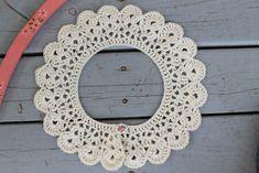 Cute Lulu Loves collar made by En kreative verden. Pattern here… Crochet Collar Pattern, Crochet Lace Collar, Crochet Chart, Crochet Motif, Crochet Designs, Crochet Doilies, Crochet Patterns, Crochet For Kids, Crochet Baby