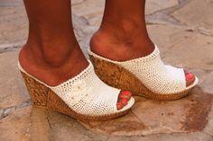 Calzados exclusivos fabricados en Andalucía por expertas artesanas.    // Exclusive footwear handmade in Andalusia.