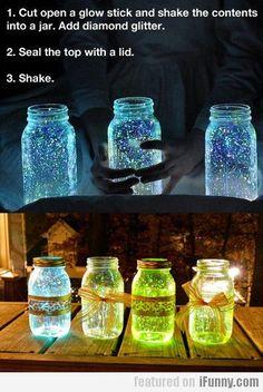Ein tolles DIY fur wunderschone Leuchtglaser aka Fairies in a Jar. Meine Empfehlung: Dickere Knicklichter oder gro?ere Glaser nehmen. Sonst lasst sich der Leuchtinhalt schlecht ins Glas bringen. #craft