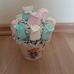 Kokulu tas buket Soap Gifts, Soap Favors, Easy Crafts, Diy And Crafts, Basket Flower Arrangements, Baby Cast, April Easter, Soap Carving, Wedding Plates