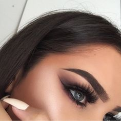 Celebrity Brow Artist Marco Ochoa created EcoBrow Defining Wax as a 100% natural, lightweight, and smudge-proof coloring wax that allows you to achieve beautiful full brow effects.  - 100% Natural - Mineral-based - Paraben-free - With Vitamin E - Never tested on animals - 3.4 grams - Made in USA