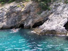 Chorvátsko má bohaté krasové podzemie. Ukrýva vyše 11 500 jaskýň a priepastí, či už na pevnine, ostrovoch alebo pod hladinou mora. Jednou z vyhľadávaných jaskýň je aj jaskyňa Plava Grota na ostrove Cres, tzv. Modrá jaskyňa. Vďaka prenikaniu svetla do jaskyne sa tu kúpanie pre vás stane nezabudnuteľným zážitkom. Viac na: http://dovolenkachorvatsko.wordpress.com/2012/09/20/ostrov-cres-jaskyna-plava-grota-chorvatsko/