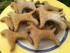 Hoy os proponemos una receta que les va a encantar a vuestros perros... ¡Galletas de pollo! Merece la pena hacerlas, se relamerán de gustito ;)