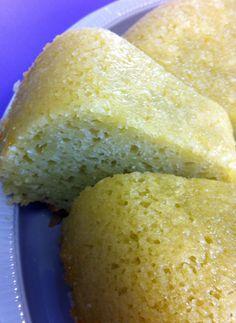 2 xícaras de farinha de trigo   2 xícaras de açúcar   1/2 xícara de óleo   4 ovos   1 copo de iogurte natural   1 colher de sopa de fermento em pó   1/2 xícara de leite batido com um maço de capim-cidreira (+ ou - umas 10 folhas ) e  coado.                                    Modo de fazer  Bata todos os ingredientes no liquidificador.   Unte a fôrma com manteiga e açúcar, e leve ao forno.