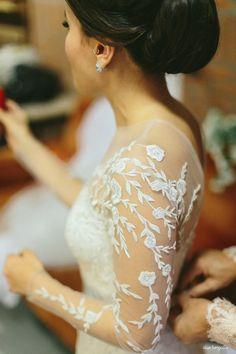 Detalhe de renda na manga do vestido da noiva. Fotos: Duo Borgatto