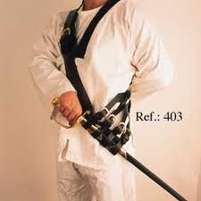 Tahalí: Dos tiras cruzan el cuerpo y en donde se envaina la espada.