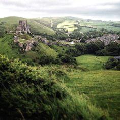 Corfe Castle ruins in Dorset, England / photo by Ben Andujar