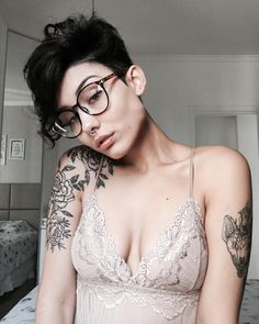 Are you looking for an androgynous haircut that walks the line between soft and masculine? Our list of lesbian haircuts is serving some serious modern edge. Pixie Hairstyles, Cool Hairstyles, Androgynous Haircut, Androgynous Makeup, Pelo Pixie, Curly Pixie, Edgy Girls, Tattoo Und Piercing, Corte Y Color