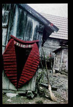 From Inaktelke, NHA Néprajzi Múzeum | Online Gyűjtemények - Etnológiai Archívum, Diapozitív-gyűjtemény Dance Wallpaper, Traditional Clothes, Folk Costume, World Cultures, Hungary, Embroidery, Outdoor Decor, Beautiful, Clothing