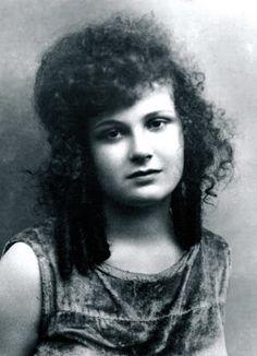 Türk sinemasının ilk kadın oyuncularından birisidir. Türk tiyatrosu ve tiyatrosunun öncülerinden Muhsin Ertuğrul'un eşidir.-NEYYİRE NEYİR-