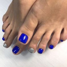 The advantage of the gel is that it allows you to enjoy your French manicure for a long time. There are four different ways to make a French manicure on gel nails. Blue Toe Nails, Simple Toe Nails, Pretty Toe Nails, Toe Nail Color, Summer Toe Nails, Feet Nails, Toe Nail Art, Nail Colors, Blue Toes