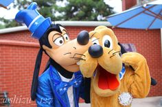 Goofy kisses Pluto