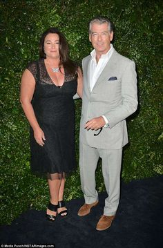 Happy pair: Pierce Brosnan and wife Keely Shaye Smith Classy Women, Classy Lady, Diva Fashion, Mens Fashion, Amal Clooney, Pierce Brosnan, Sexy Wife, Hollywood Star, Lady And Gentlemen