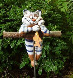 gatto in ceramica colorato a fantasia e un pesciolino