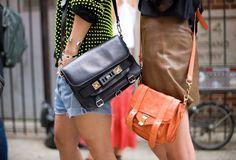 Imagem de https://cinzee.files.wordpress.com/2012/07/proenza-schouler-bags-ny-fw-ss2012-street-style_large.jpg.