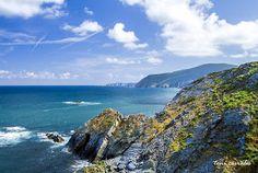Acantilados y playas de Loiba   GALICIA MAXICA La bravura de las aguas de norte, en la pelea del Oceáno Atlántico en su lucha con el Mar Cantábrico, se forman paisajes sin igual en toda Galicia. Costas agrestes, playas salvajes, furnas de belleza sin igual, piedras horadadas por el viento y por la fuerza del mar ... son los acantilados de Loiba, en honor a la parroquia de San Xulián de Loiba que es quién nos da su nombre.
