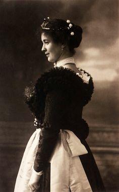 Frau im Hochzeitsgewand, Raum Miesbach, um 1920. Das teure Gewand konnten sich um 1920 keineswegs alle Hochzeiterinnen leisten, zudem war es den Bäuerinnen vorbehalten. (Fotografie Trachten-Informationszentrum des Bezirks Oberbayern)