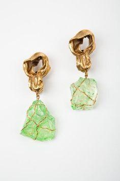 Robert Goossens pour Yves SAINT LAURENT  Haute couture circa 1980 Paire de pendants d'oreilles en bronze doré de forme mouvementée retenant un bloc de quartz lustré vert inséré dans des fils de laiton doré