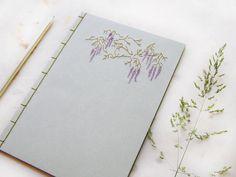 Glyzinien. Bestickte Notebook. A5-Notizbuch. Botanische Zeitschrift. Lila Blüte Journal. Garten-Notebook. Natur-Journal. Romantische Journal von FabulousCatPapers auf Etsy https://www.etsy.com/de/listing/120242888/glyzinien-bestickte-notebook-a5