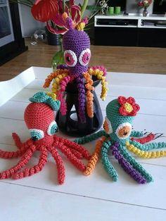 Dit zijn de inktvisjes Rasta, Bloempje en Tutje, gemaakt door Yvonne Gerichhausen.