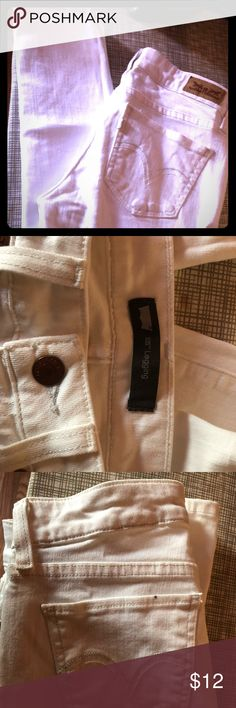 White legging levis denim These beautiful jeans are the legging style tight jeans from Levis they are in excellent condition and just have a small pen mark in the back pocket as shown in the picture size 5M (W27/L32) Levi's Jeans Skinny