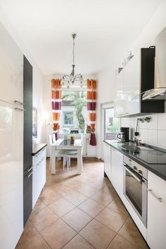 Amazing Modern eingerichtete K che mit Vorh ngen in orange und lila sowie moderner Einbaum bel und braunen Fliesen
