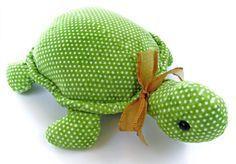 Você pode fazer uma simpática tartaruga de tecido para divertir os seus pequenos ou para ser um peso de porta, caso você coloque dentro da tartaruga algu