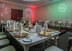 Meta total white con acompañada de silla tiffany y plato base dorado con servilleta en forma de vela para dar altura a la mesa.