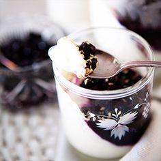 Gruß aus der Küche: Buttermilch-Panna-Cotta mit Blaubeeren & Sesam