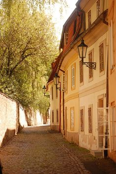 i can picture myself riding a bike down this cobblestone path. ahhh, to travel is my dream<3