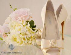 Peep-toes exclusivos, em off-white, com laço coberto de pérolas e cristais swarovski. Lindíssimos!