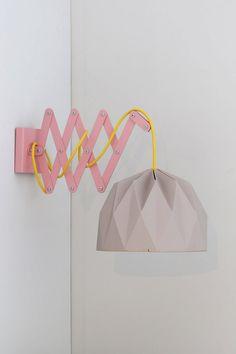 Un bras réglable ciseaux rose pour une lampe suspendue. Le bras est fait de métal et est four peinturé. Il est très facile à accrocher sur le mur, seulement deux vis nécessaires. Avec le bras, vous obtiendrez un abat-jour belle origami gris et une lampe jaune en silicone avec un long cordon de 110 cm. L'abat-jour est deux faces, vous pouvez choisir de le plier avec la couleur que vous aimez à l'extérieur (gris et jaune). Si vous souhaitez obtenir le cordon dans une autre couleur s'il vous…