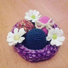 Y otra cosa que no puede ser pasada en alto en la mesa del haft sin del año nuevo persa (noruz) en la cesta con los huevos. Es tradición pintar huevos con vivos colores. Y por qué no crochetearlos? La cestita también la he tejido yo con dos agujas