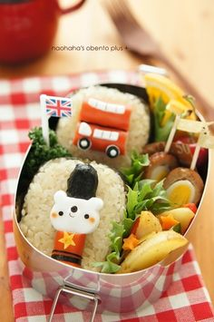 Brit-themed bento - love the hot dogs as a traditional double decker red bus! Cute Bento Boxes, Bento Box Lunch, Bento Food, Lunch Boxes, Kawaii Cooking, Kawaii Bento, Bento Recipes, Edible Food, Japanese Dishes
