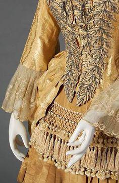 Robe de Soirée - Tissu Doré, Broderie, Perles et Passementerie - Vers 1880