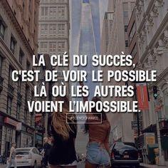 La clé du succès, c'est de voir le possible là où les autres voient l'impossible. Aime et commente si tu es d'accord! ➡️ @sweartee for more!