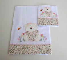 Jogo de babitas bordadas com barrado de tecido floral e delicado acabamento em sianinha. Tamanho: Babita - 32 x 32 cm; Fralda - 67 x 67 cm Tecido: Fralda Cremer Luxo - 100% algodão