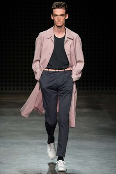 Explore the looks, models, and beauty from the E Tautz Spring/Summer 2016 Menswear show in London on 15 June 2015 Male Fashion Trends, Men Fashion Show, Mens Fashion Week, Runway Fashion, Fashion Fashion, London Fashion, Fashion Outfits, Streetwear, Mens Fashion Blazer