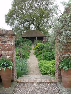 Sarah takes you on a tour of the oast garden at Perch Hill in May.