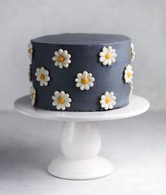 Buttercream daisy cake via Gorgeous Cakes, Pretty Cakes, Cute Cakes, Amazing Cakes, Sweet Cakes, Bolo Floral, Floral Cake, Simple Cake Designs, Simple Birthday Cake Designs
