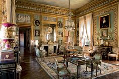 Château du Champ de Bataille was built during the reign of Louis XIV. This French Baroque architecture is the home of the French decorator Jacques Garcia. Classic Living Room, My Living Room, Beautiful Space, Beautiful Homes, Chateau De Malmaison, Chateau Hotel, Glam House, English Decor, Baroque Architecture